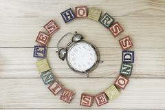 Cronometre com os cubos de madeira em horas de madeira das palavras da tabela, minutos, segundos esfriam Imagens de Stock Royalty Free