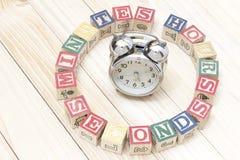 Cronometre com os cubos de madeira em horas de madeira das palavras da tabela, minutos, segundos esfriam Imagem de Stock Royalty Free