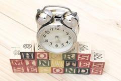 Cronometre com os cubos de madeira em horas de madeira das palavras da tabela, minutos, segundos esfriam Fotos de Stock Royalty Free
