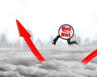 Cronometre com os pés que correm em crescer o gráfico vermelho da seta Fotografia de Stock Royalty Free