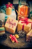 Cronometre dos cones festivos do pinho dos pacotes dos presentes do Natal a tabela de madeira Imagens de Stock
