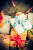 Cronometre dos cones festivos do pinho dos pacotes dos presentes do Natal a tabela de madeira Fotografia de Stock