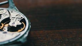 Cronometre o mecanismo de engrenagens, em um fundo de madeira à moda vídeos de arquivo