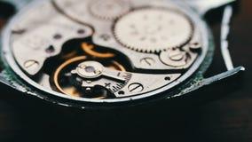 Cronometre o mecanismo de engrenagens, em um fundo de madeira à moda filme