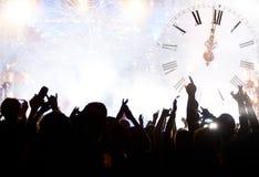 Cronometre perto da meia-noite, dos fogos-de-artifício e do sim novo de espera da multidão imagem de stock royalty free