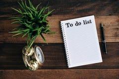 Cronometre, planta verde, pena e caderno com PARA FAZER a palavra da LISTA imagens de stock