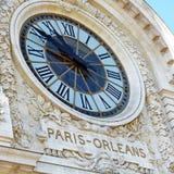 Cronometri alla parte anteriore di una costruzione a Parigi fotografie stock libere da diritti