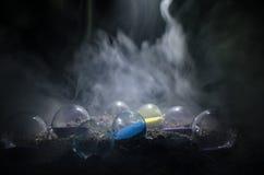 Cronometri il concetto Siluetta dell'orologio e del fumo della clessidra su fondo scuro con illuminazione giallo arancione calda, Fotografie Stock Libere da Diritti