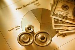Cronometri il diagramma di distribuzione con la chiave ed i soldi meccanici immagini stock