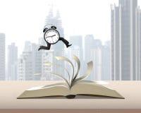 Cronometri il funzionamento sopra lanciare le pagine del libro aperto sui wi della tavola Fotografia Stock