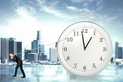 Cronometri la fermata del concetto con l'uomo d'affari che prova a fermare il tempo a Fotografia Stock Libera da Diritti