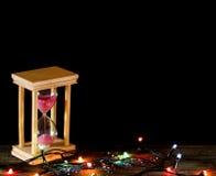 Cronometri la sabbia rosa di concetto che cade nella clessidra su vecchio legno Fotografia Stock Libera da Diritti