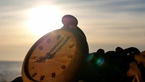 Cronometri a sinistra al tramonto vicino al lasso di tempo della riva di mare video d archivio
