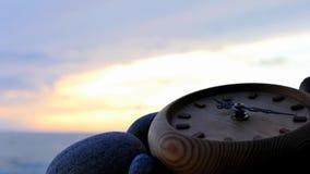 Cronometri a sinistra sul lasso di tempo pietroso della spiaggia con moto dello zoom stock footage
