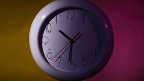 Cronometri sulla parete di legno della plancia di colore, luce notturna stock footage