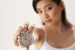 Cronometro della holding della donna fotografie stock libere da diritti