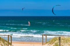 Cronulla海滩的风帆冲浪者在晴天 库存图片