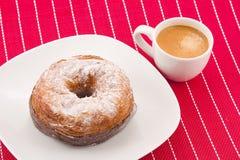 Cronut och kaffe Arkivfoto