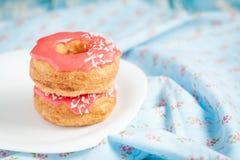 Cronuts слойки с розовой поливой Стоковая Фотография RF