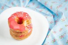 Cronuts слойки с розовой поливой Стоковые Фото