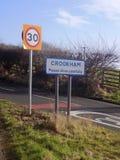 Crookham 30-Meilen pro Stunden-Verkehrsschild Großbritannien Lizenzfreie Stockfotografie