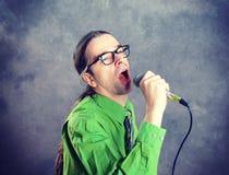 Crooner in groene overhemd en stropdas Royalty-vrije Stock Afbeelding