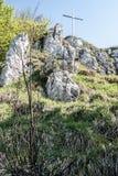Croos en cumbre rocosa de la colina con el cielo claro Fotografía de archivo