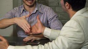 Cropepd射击了两个商人谈话在会议期间在办公室 库存图片