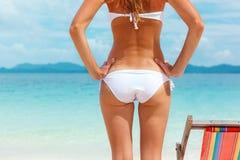 Cropped avbildar av sexig kvinna i vitbikini på strand Royaltyfri Bild