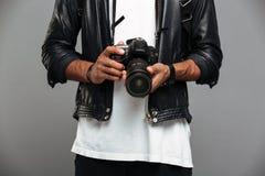 Cropped fotografia elegancki afro amerykański facet trzyma cyfrowego camer Obraz Stock