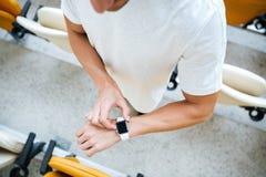 Cropped fotografia młodzi sporty obsługuje patrzeć zegarek obraz royalty free