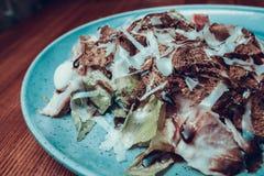 Cropped fotografia sałatka z dużą porcją na stole zdjęcia stock