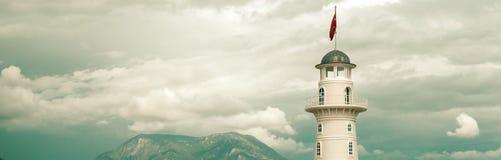 Cropped horyzontalna wizerunek latarnia morska na chmurnym niebie obrazy royalty free