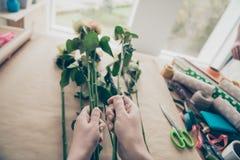 Cropped pierwszy punktu widoku fotografia przedsiębiorca osoby produkcji kwiatów ludzie robi oferty pracie zielona roślina chce zdjęcie royalty free