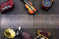 Cropped przedmiota pojęcia wizerunek, miniaturowy skrzypce, zegary, podróży torba i pociąg na drewnianej podłoga, tekst przestrze Fotografia Stock