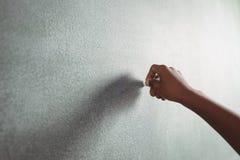 Cropped ręka studencka mienie kreda na blackboard obrazy royalty free