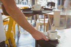 Cropped ręka kelner porci kawa Zdjęcia Royalty Free