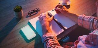 Cropped ręki biznesmena writing w dzienniczku Zdjęcia Royalty Free