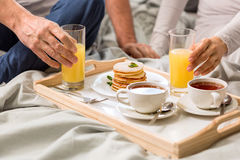 Cropped shot of couple having breakfast together Royalty Free Stock Photos