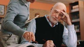 Cropped strzał kobieta pomaga starszego mężczyzny w sali lekcyjnej zdjęcie royalty free