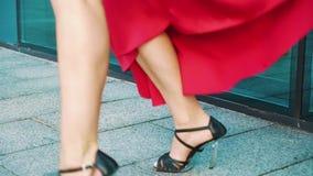 Cropped strzał dancingowa blondynki kobieta w czerwieni sukni w miastowym środowisku zbiory wideo