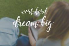 cropped strzał młody studencki obsiadanie na trawie i writing w notatniku, pracuje ciężkiego sen obrazy royalty free