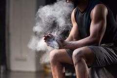 cropped strzał mięśniowy amerykanina afrykańskiego pochodzenia sportowiec stosuje talku proszek na rękach obrazy stock