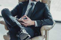 cropped strzał relaksuje na luksusowym karle biznesmen fotografia stock