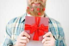 Cropped strzał romantycznych brodatych męskich chwytów teraźniejszy pudełko w przodzie, iść robić niespodziance dla dziewczyny, o zdjęcie royalty free