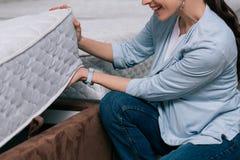 cropped strzał uśmiechnięta kobieta Zdjęcie Royalty Free