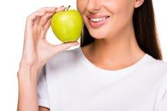 cropped strzał uśmiechnięta kobieta z świeżym jabłkiem Fotografia Stock
