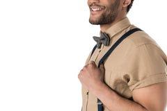 Cropped strzał uśmiechnięty młody człowiek w suspenders i łęku krawata pozować zdjęcie stock