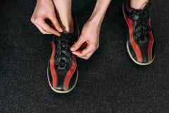 cropped strzał wiąże w górę do wynajęcia kręgli butów kobieta Obraz Stock