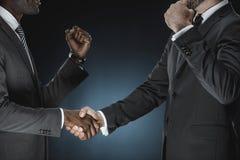 cropped strzał wielokulturowy biznesmena uścisk dłoni zdjęcia royalty free